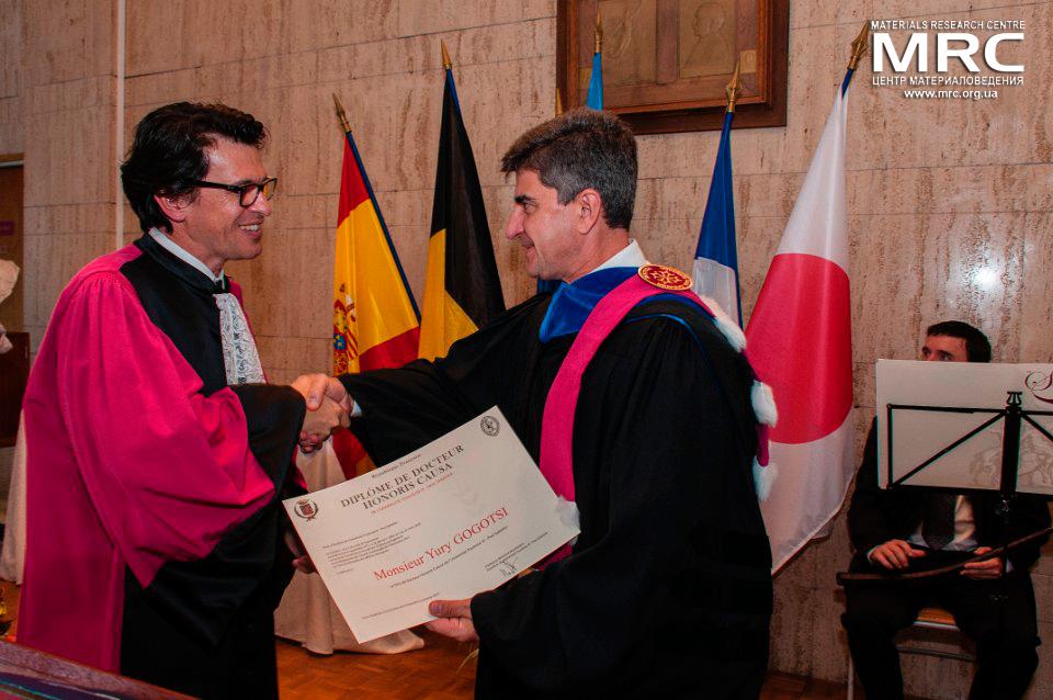 Диплом о присвоении звания Почетного доктора профессору Ю.Гогоци вручает президент Университета Поля Сабатье проф. Бертран Монбер, 8 октября 2014г., Тулуза, Франция