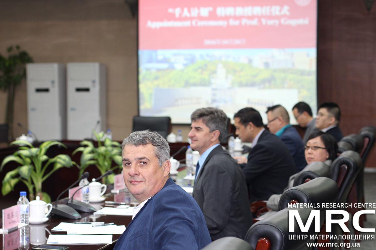 На переднем плане Алексей гогоци, директор Materials Research Centre на церемонии назначения д-ра Юрия Гогоци почетным профессором Цзилиньского Университета, Чанчун, Китай