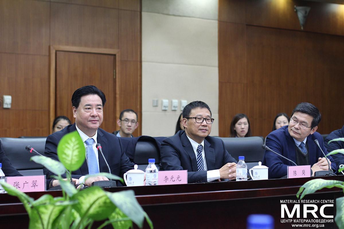 Слева направо: ректор Цзилиньского Университета Ли Юаньюань, директор КЛючевой лаборатории физики и технологии для современных батарей проф. Вей Иньчинь, вице-ректор университета д-р Чен Вейтао