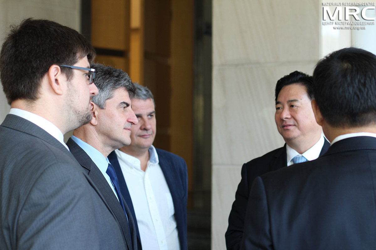 From left to right: Pavel Gogotsi, prof. Yury Gogotsi, MRC director Oleksiy Gogotsi, president Li Yuanyan