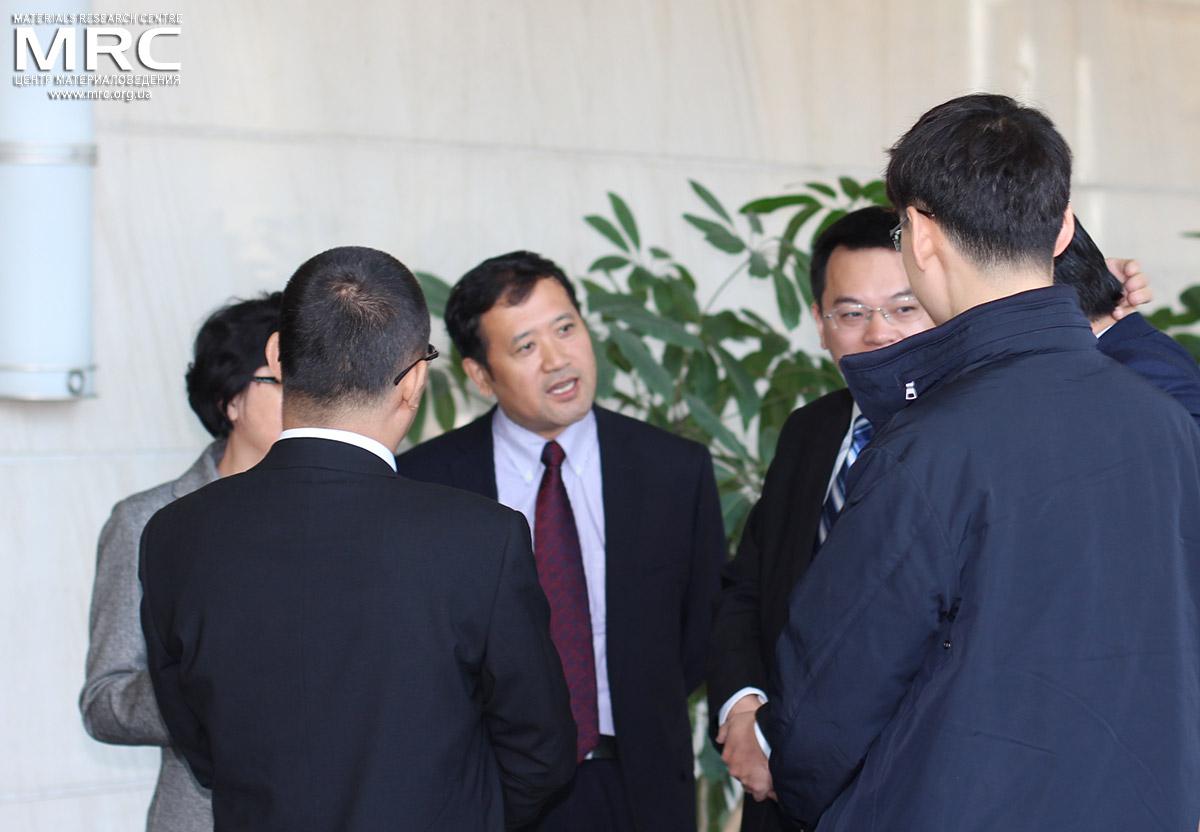 Заместитель декана Колледжа физики Цзилиньского Университета рофессор Вей Хан с коллегами