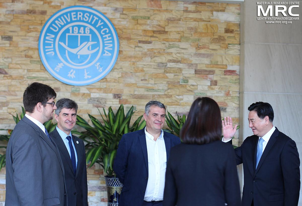 Слева направо: Павел Гогоци, проф. Юрий Гогоци, Алексей Гогоци, директор Центра материаловедения, ректор Цзилиньского Университета Ли Юаньюань