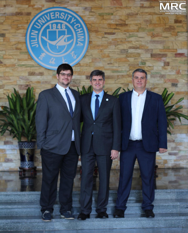 Слева направо: Павел Гогоци, проф. Юрий Гогоци и Алексей Гогоци, Цзилиньский Университет, Чанчун, Китай, 20 октября 2016