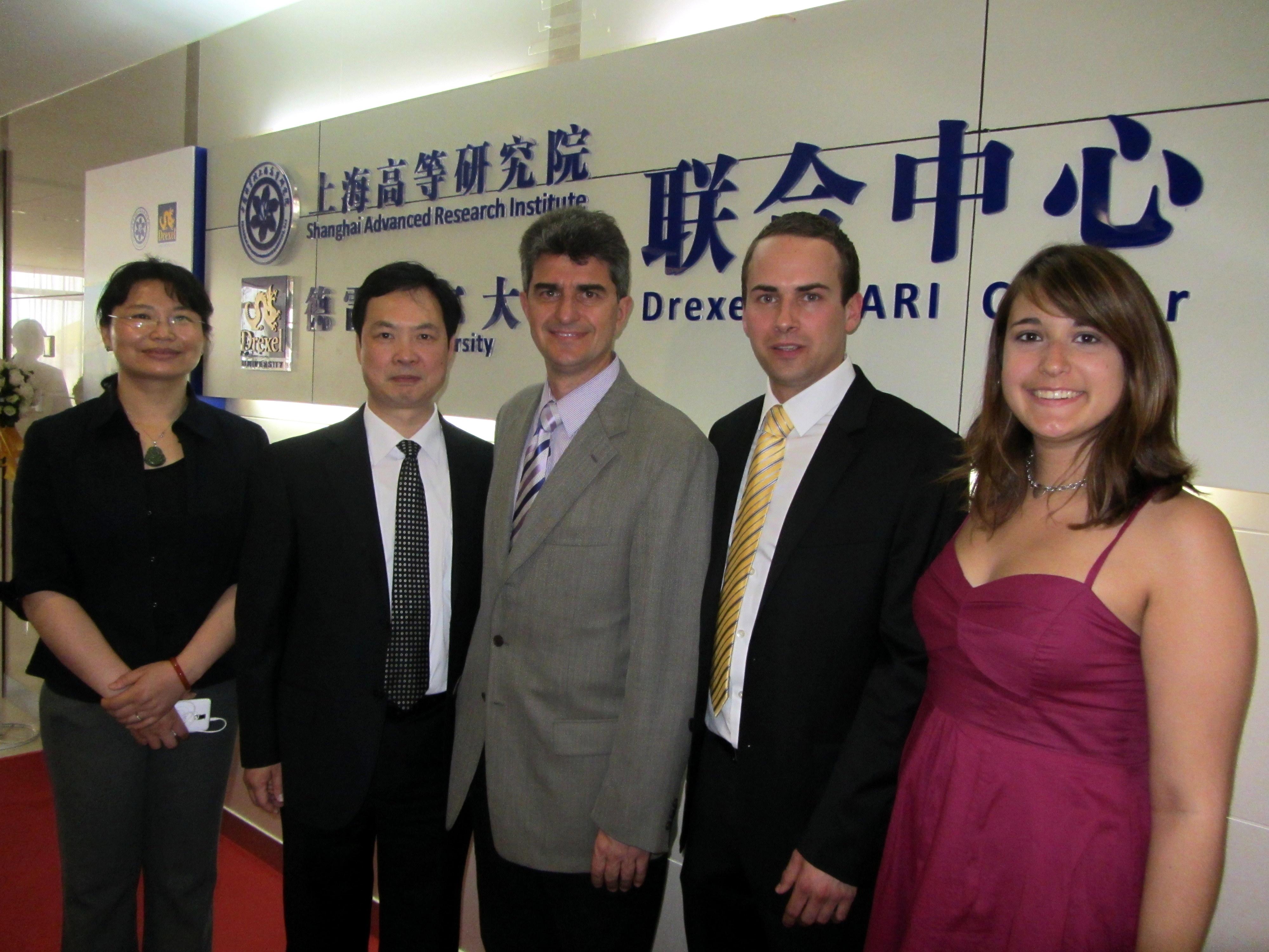 Профессор Юрий Георгиевич Гогоци ( Yury Gogotsi), аспирантка Аманда Пэнткост(Amanda Pentecost) и кандидат наук Янис Нейцел(Ioannis Neitzel) , с китайскими коллегами из SARI на открытии Drexel-SARI Center.