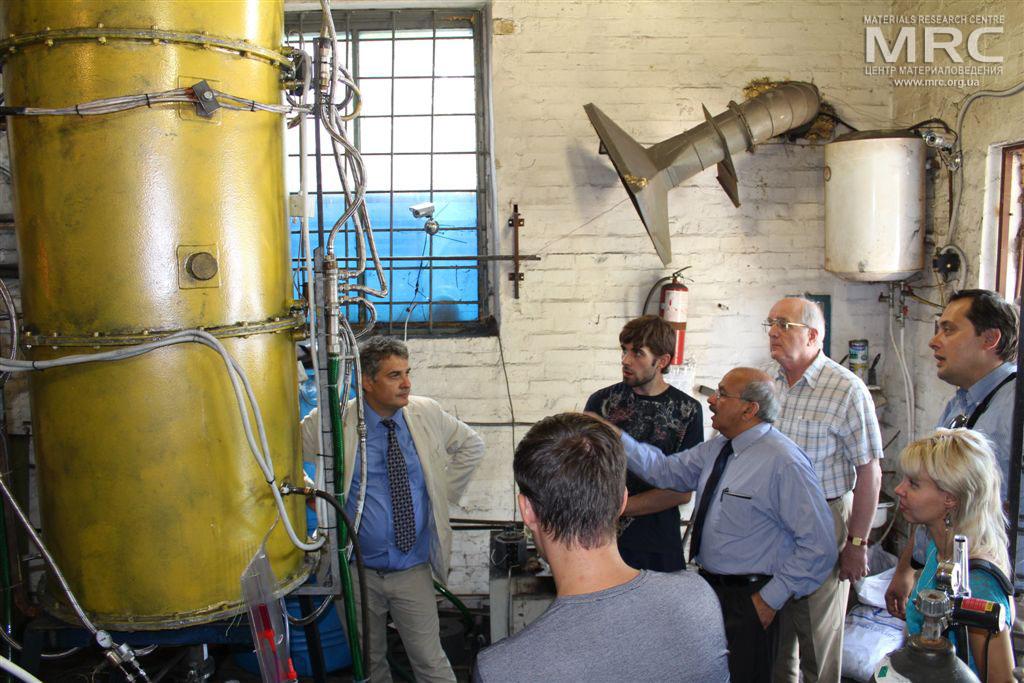 Техническое совещание и осмотр высокотемпературной печи, изготовленной в Центре материаловедения в рамках проекта P483