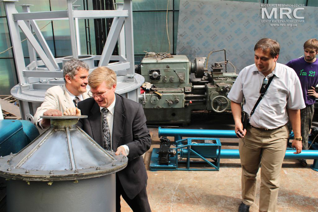 Cheking the scrubber, manufactured by MRC: O.Gogotsi, MRC Director, project technical monitor Dave Carter (Argonne National Laboratory, USA), Igor Barsukov (American Energy Technologies Company, USA), T. Moshnyaga (MRC), Materials Research Centre, August 2013